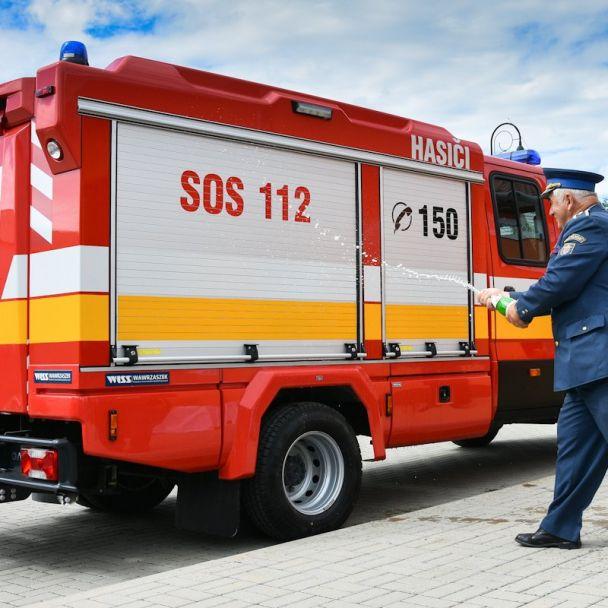 Slávnostné odovzdávanie hasičského auta a protipovodňovej techniky